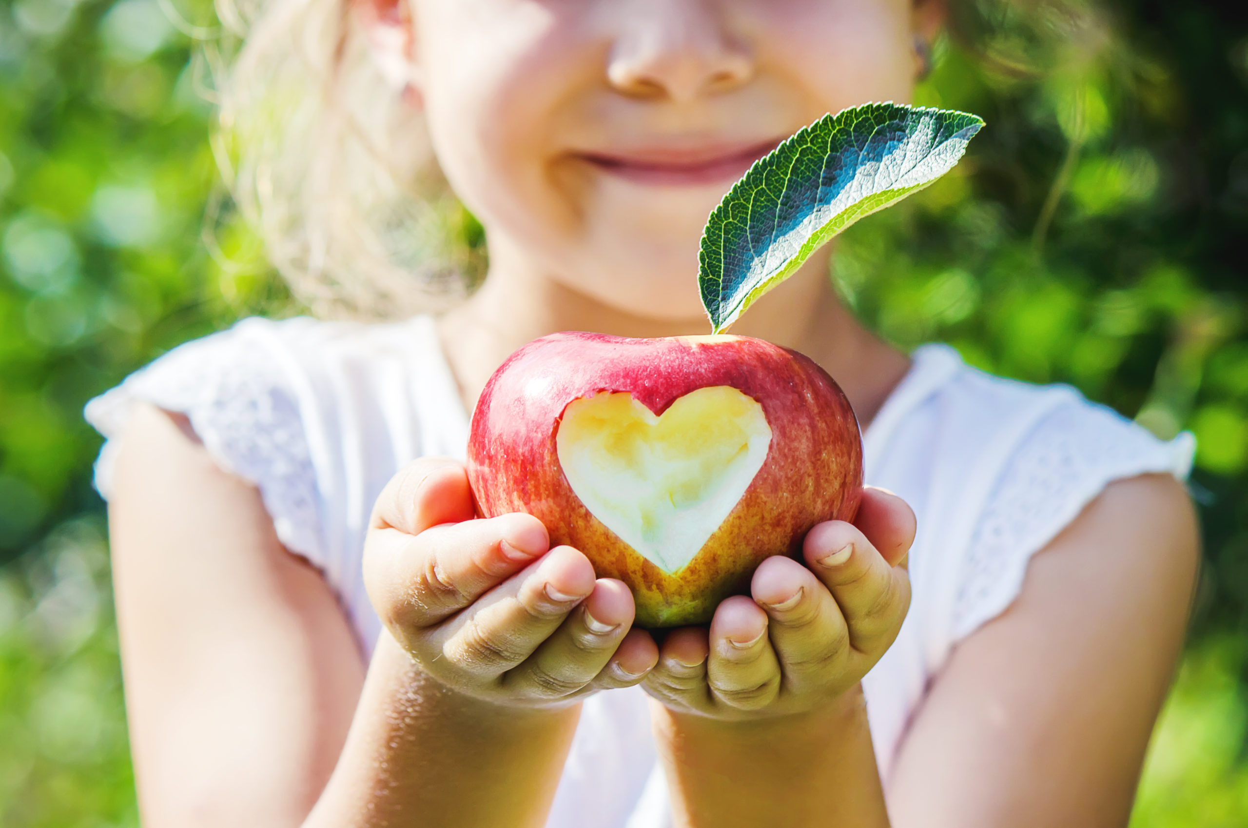 Kind mit Apfel