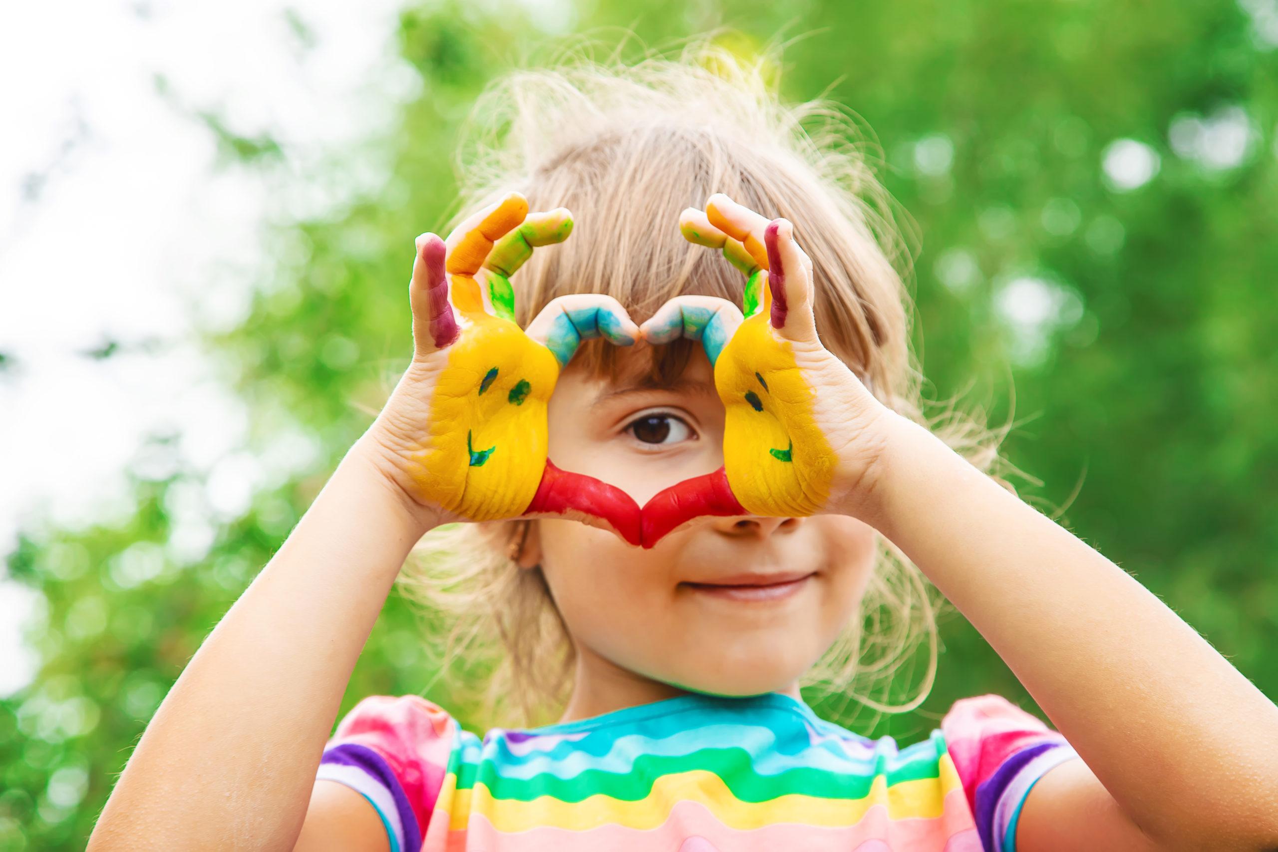 Integrative Kindertagesstätte - Kind Fingerfarbe
